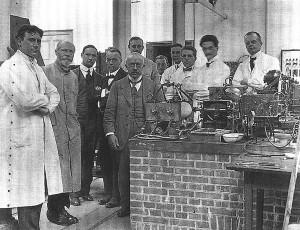 Виллем Эйнтховен в своей лаборатории в Лейденском университете
