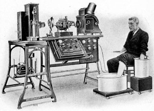 Первая модель настольного электрокардиографа Виллема Эйнтховена, которая была произведена компанией Cambridge Scientific Instrument в г. Лондоне в 1911 году