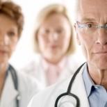 Слід створити належні умови праці в системі охорони здоров'я та навчити медиків чинним нормам законодавства, а не залякувати і карати